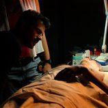 Héctor examina detalladamente el cuerpo de Amancio en 'Mar de plástico'