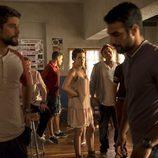 Salva habla con Lucas en el bar del fondo y bajo la mirada de Pilar y Sergio en 'Mar de plástico'