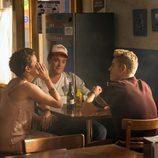 Los hermanos Rueda y Pilar en el bar de Lucas en 'Mar de plástico'