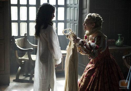 Catalina le ofrece a la pequeña Isabel un vestido en 'La española inglesa'
