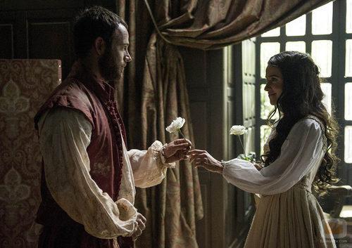 Ricardo le entrega a Isabel una flor en 'La española inglesa'