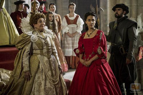 Isabel I de Inglaterra con la pequeña Isabel en 'La española inglesa'