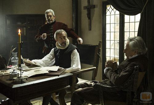 Miguel de Cervantes debate y charla con sus amigos en 'La española inglesa'