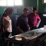 Lola, Salva y Héctor con la forense en 'Mar de plástico'