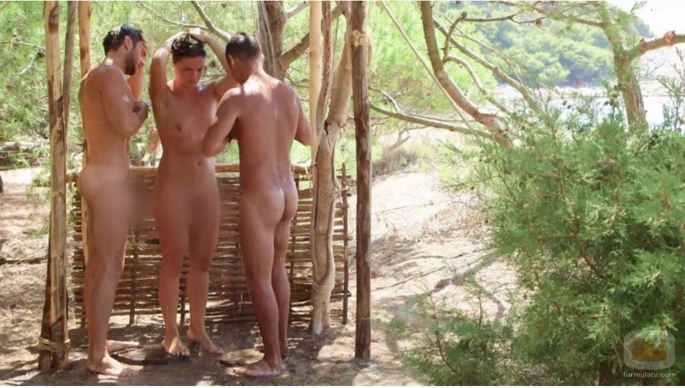 Edoardo, Valentino e Iolanda dándose una ducha desnudos en 'Adán y Eva' italiano