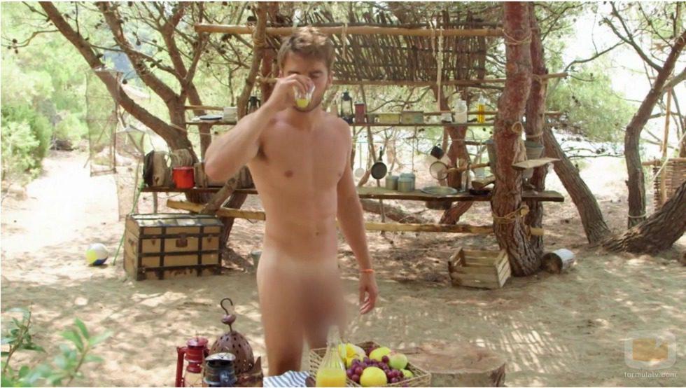 Edoardo bebe desnudo un zumo de frutas en 'Adán y Eva' versión Italia