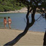Paseo en la arena de la playa entre Iolanda y ''Dodo'' desnudos en 'Adán y Eva'