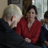 Silvia y su hijo Daniel escuchan muy atentos a uno de los personajes en 'Rabia'
