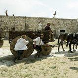 Dos personajes de 'La española inglesa' se esconden de una persecución
