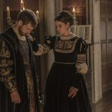 María de Austria consuela a su hermano Carlos en 'Carlos, Rey Emperador'