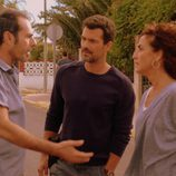 Héctor y Marta hablan con un vecino en 'Mar de plástico'
