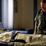 Uno de los amigos de Héctor visita al sargento en el hospital en 'Mar de plástico'