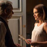 Emilio entrega una carta a Ana en 'Velvet'