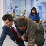 Beck Scott y Daniel Meade caen al suelo en 'Ugly Betty'