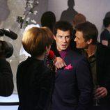 Beck Scott coge por la espalda a Daniel Meade en 'Ugly Betty'