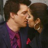 Beso entre Ana Ortiz y Eric Mabius