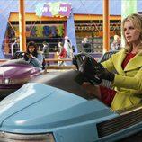 Becki Newton en un coche de choque