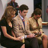 Vanessa Williams mira su móvil en 'Ugly Betty'