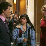 Eric Mabius con America Ferrera y Rebecca Romijn en 'Ugly Betty'