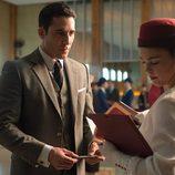 Alberto le entrega sus billetes a la azafata en 'Velvet'
