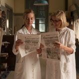Rita mira detenidamente el periódico en 'Velvet'