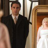 Patricia le muestra a Jonás su vestido de boda en 'Velvet'