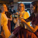 Ana brinda con un botella de champán en los talleres de 'Velvet'