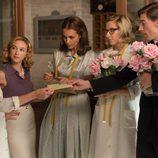Lucía entrega una carta a sus amigas del taller en 'Velvet'