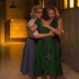 Clara y Rita abrazan fuertemente a Ana en 'Velvet'