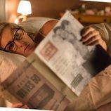 Rita está tumbada en la cama mirando la revista en 'Velvet'