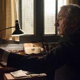 Emilio bajo un luz tenue, lee detenidamente el periódico en 'Velvet'