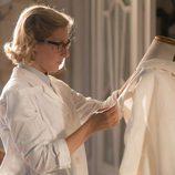 Rita confeccionando un nuevo traje en los talleres de 'Velvet'