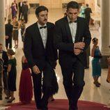 Alberto y Mateo Ruiz suben las escaleras en Velvet'