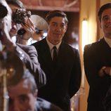 Raúl de la Riva y Pedro miran atentamente la rueda de prensa en 'Velvet'