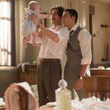 Alberto y Mateo Ruiz con un bebé en 'Velvet'