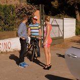 Sergio con su bicicleta habla con su hermano y su madrastra en 'Mar de plástico'
