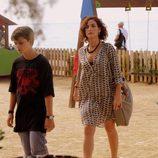 Marta camina hacia adelante y protege a su hijo en 'Mar de plástico'