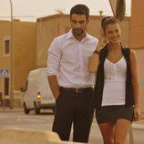 Lucas y Pilar sonrientes caminando en 'Mar de plástico'
