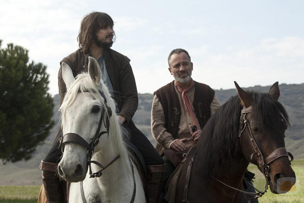 Gonzalo y Satur pasean en un caballo en 'Aguila Roja'