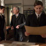 Jonás y Emilio están hablando con Pedro en 'Velvet'