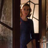 Clara observa a alguien por la puerta en 'Velvet'