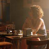 Marta está en el bar del pueblo en 'Mar de plástico'