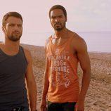 Lucas y Kaled en la playa de 'Mar de plástico'