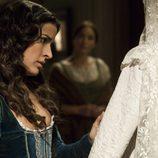 Margarita mira con anhelo su vestido de novia