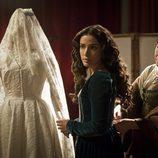 Margarita junto a su traje de novia