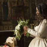 Margarita arregla su ramo de novia
