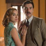 Clara sujeta a Mateo Ruiz en 'Velvet'