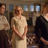 Ana y Rita miran a Lucía en 'Velvet'