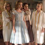 Ana repasa el vestido de Clara bajo la atenta mirada de sus amigas en 'Velvet'