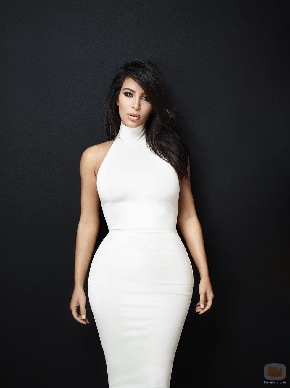 Kim Kardashian posa con un ajustado vestido blanco